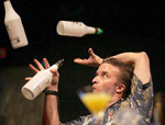 vidéo de flair bartending, barman jongleur