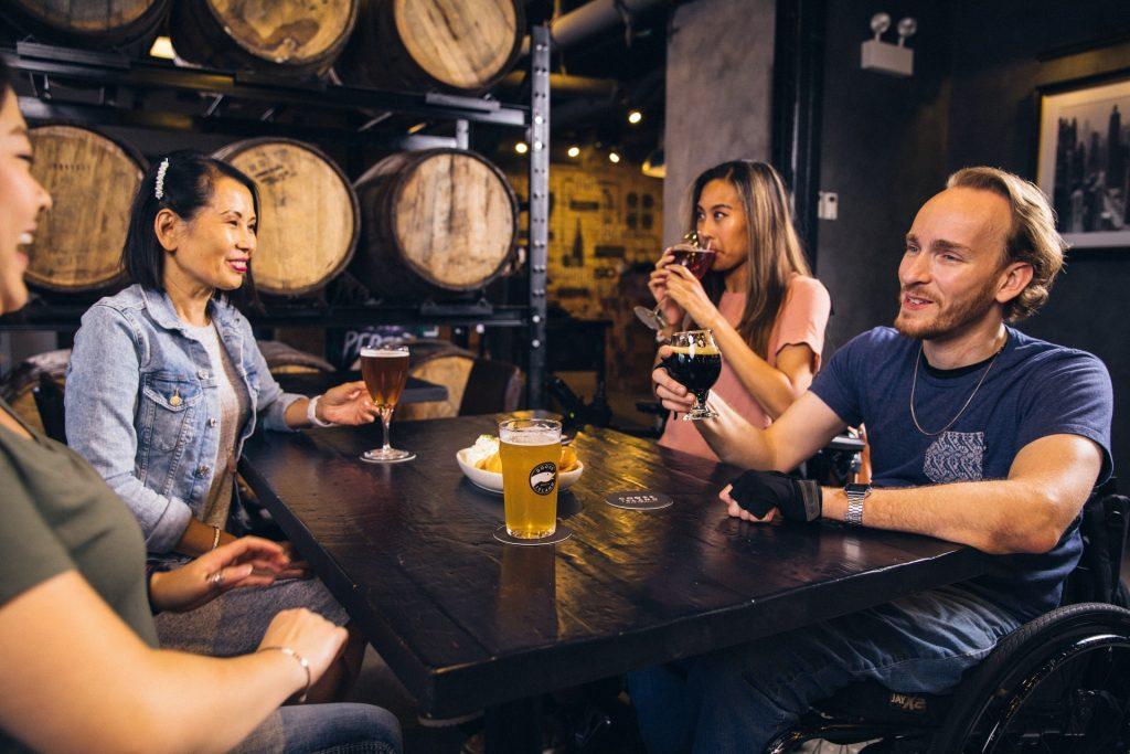 Illustrationd e l'article jeu de dés à boire original le Malt au bar